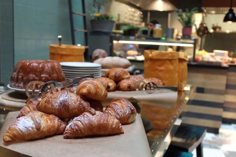 Auch süße Leckereien gibt's beim Frühstück im NENI München genug