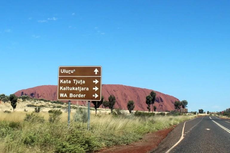 Geradeaus der Uluru, rechts Kata Tjuta