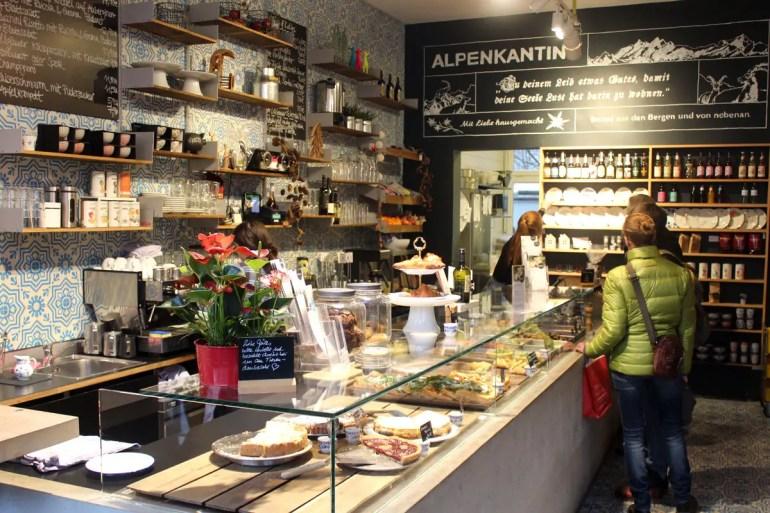 Leckere Schmankerl in lockerer Atmosphäre bietet die Alpenkantine in Eimsbüttel