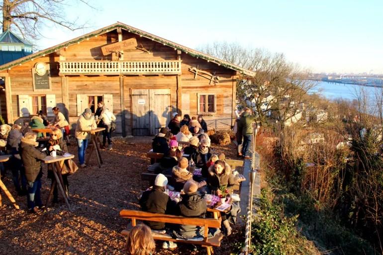 Hüttenatmosphäre mit Flussblick bietet die Hauser Alm auf dem Süllberg