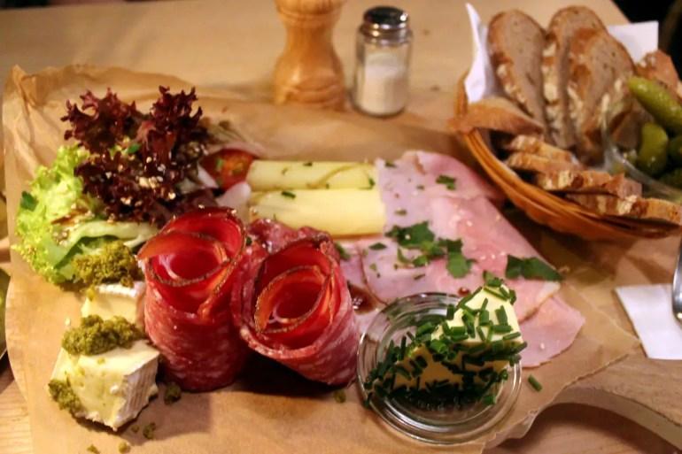 Marend heißt die kleine Zwischenmahlzeit in Tirol - und im gleichnamigen Restaurant in Hamburg