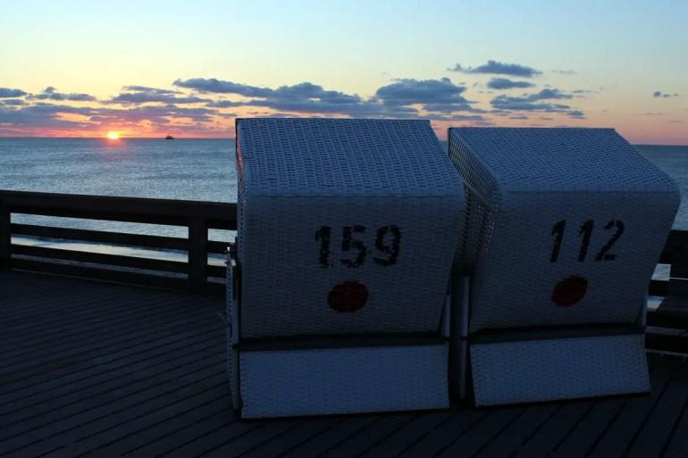 Romantik pur: den Sonnenuntergang am Roten Kliff im Strandkorb genießen