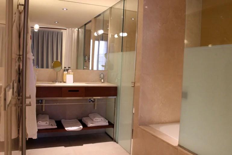 Viel Marmor bietet das Bad im Hotel Tres