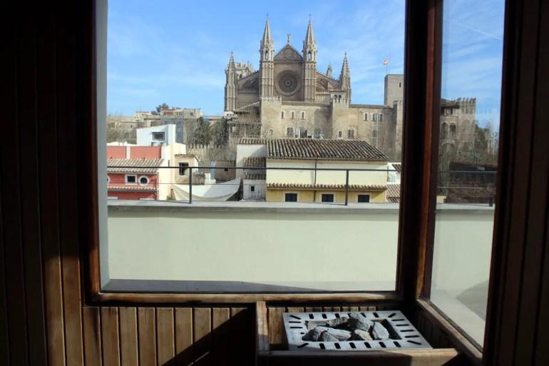 Einfach unschlagbar: der Blick aus der Sauna im Hotel Tres auf Palmas Kathedrale