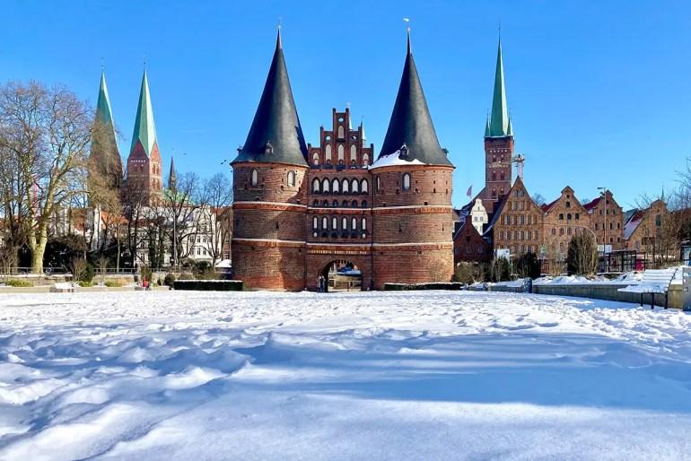 Seltener Anblick selbst im Winter: das Lübecker Holstentor im Schnee