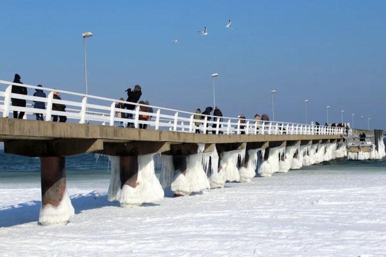 Der Frost hat auch an der Seebrücke in Timmendorfer Strand bizarre Eisformationen gezaubert