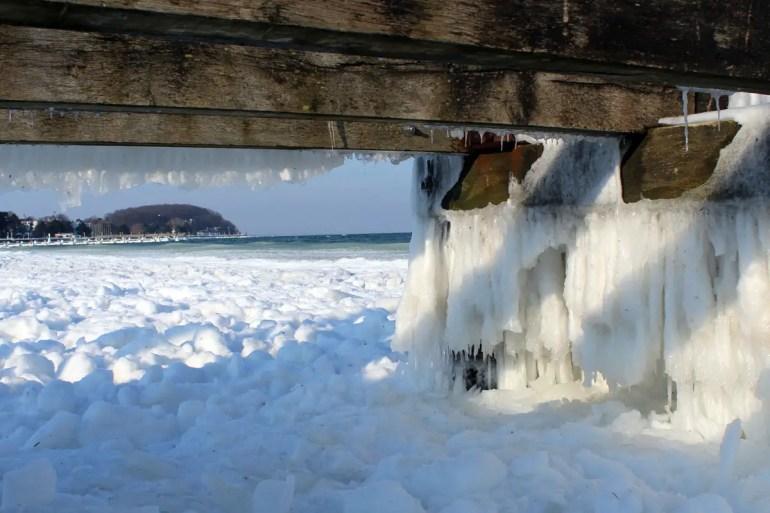 Auch in Travemünde hängen Eiszapfen von den Stegen