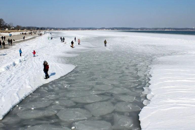 Seltener Anblick: am Strand von Scharbeutz ist das Meer komplett zugefroren