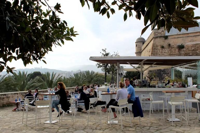 Vom Café des Kunstmuseums Es Baluard hast du einen schönen Blick über Palmas Yachthafen
