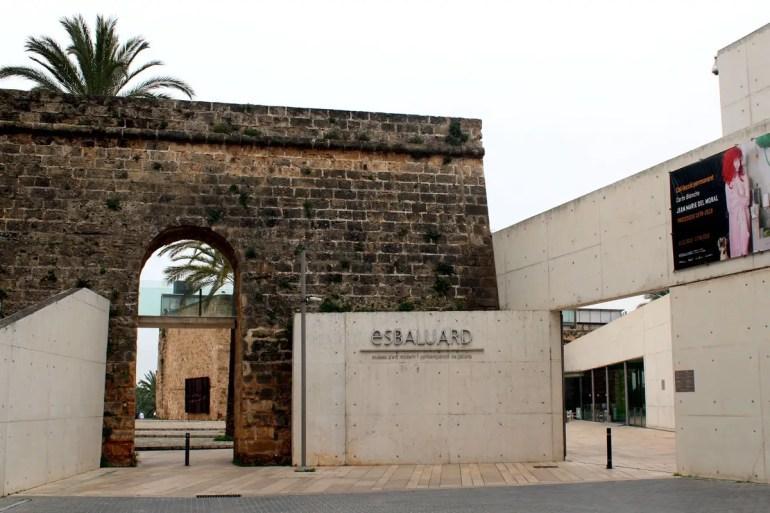 Das Kunstuseum Es Baluard fügt sich mit seinen modernen Erweiterungen perfekt in die alten Stadtmauern ein