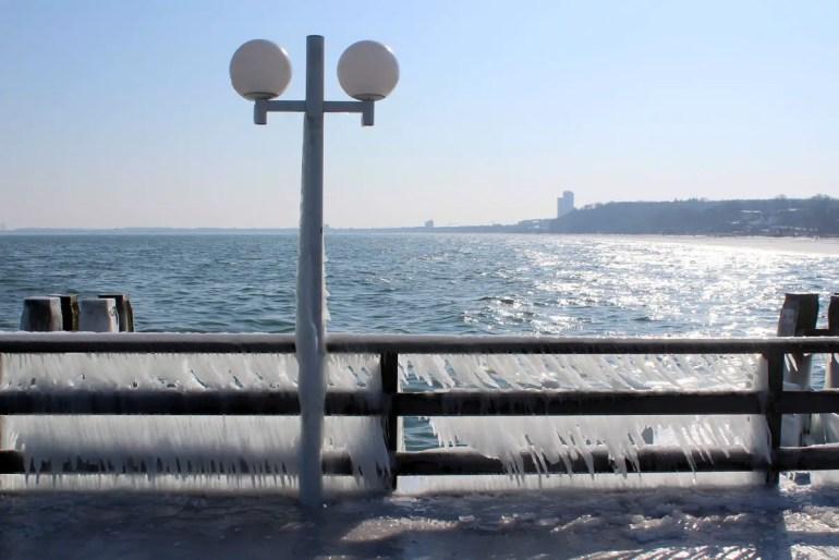 Ostsee im Winter: Eiszapfen an der Seebrücke in Scharbeutz