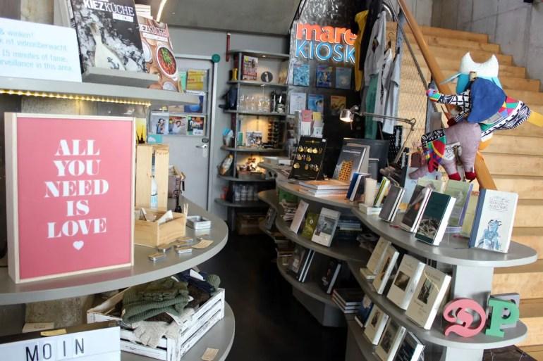 Im Mare Kiosk findest du Zeitschriften, Bücher und auch einige Mitbringsel