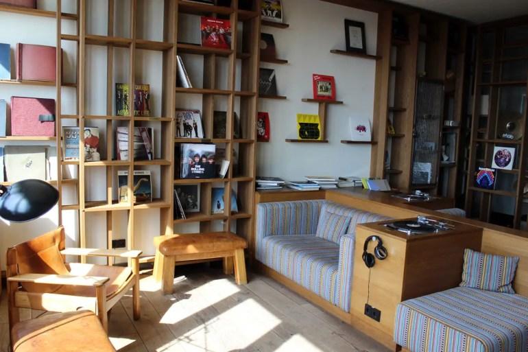 Im Vinyl Room kannst du es dir zwischen alten Schaltplatten gemütlich machen