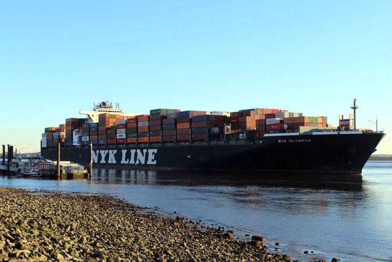 Wer es ruhiger mag, schaut etwas flussabwärts zum Beispiel in Blankense den Schiffen hinterher