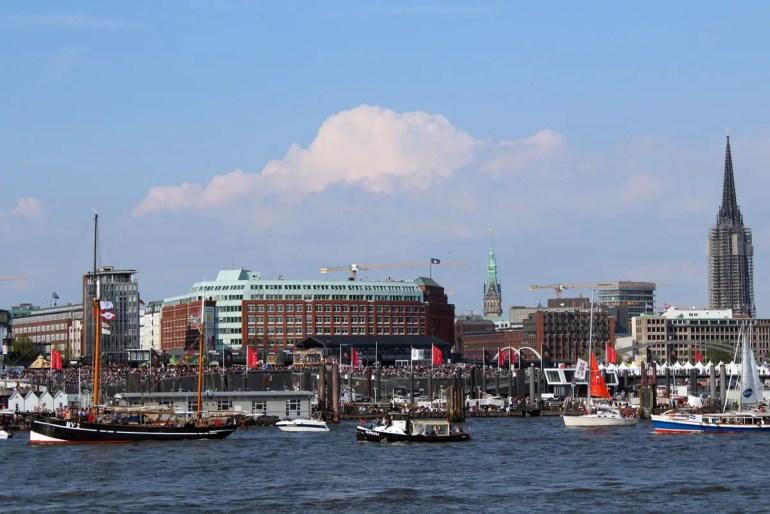 Entlang der Hafenpromenade stehen zur Einlaufparade tausende von Zuschauern