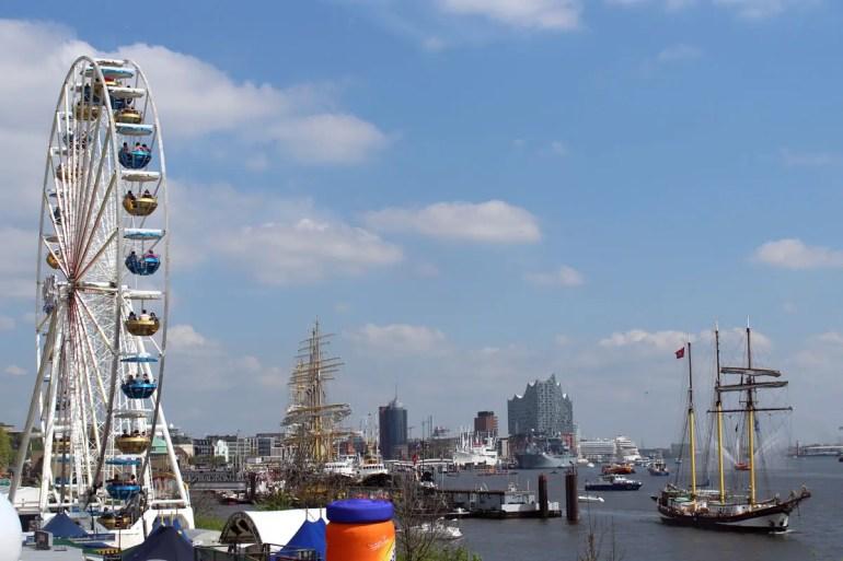 Vom Riesenrad an der Hafenmeile bietet sich ein toller Blick über die Schiffe auf der Elbe