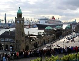 Die Queen Mary 2 ist das Lieblingsschiff der Hamburg - für sie stehen sie regelmäßig Spalier