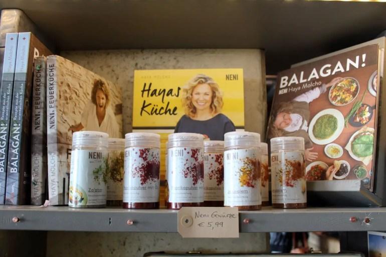 Im Mare Kiosk findest du auch die Bücher von Haya Molcho. Ihre Küche ausprobieren kannst du direkt nebenan im NENI Hamburg