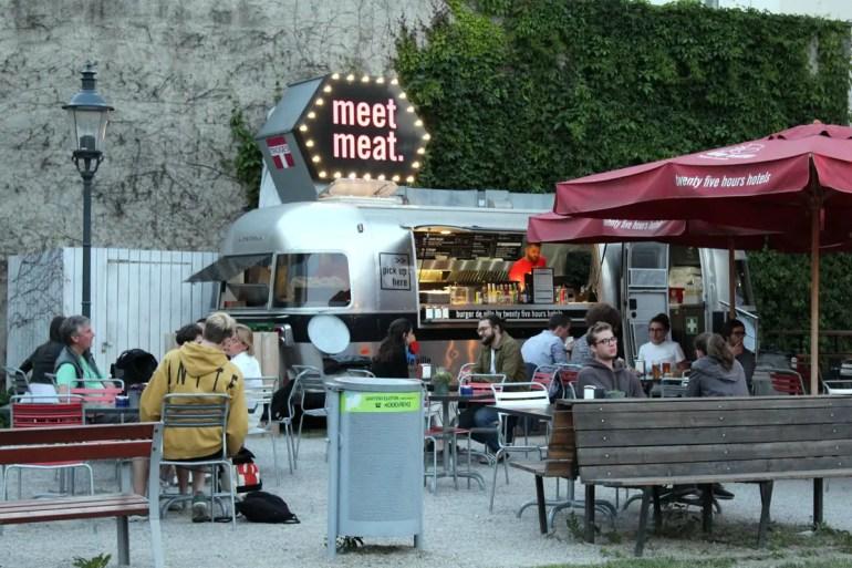 Im Innenhof kannst du bei Burger de Ville ganz relaxt essen