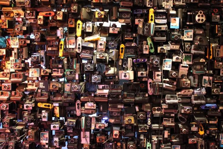 Bitte lächeln: Im Foyer empfängt dich eine Installation aus unzähligen Kameras