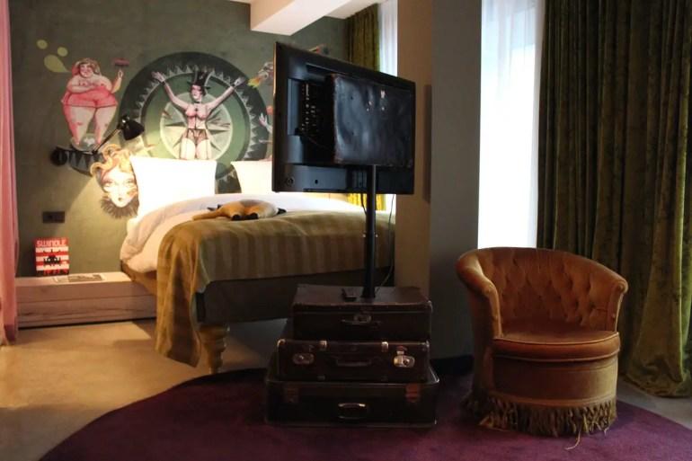 Auf Tournee im Zirkus, die Koffer sind noch gepackt: das Zimmer im 25hours Hotel Wien