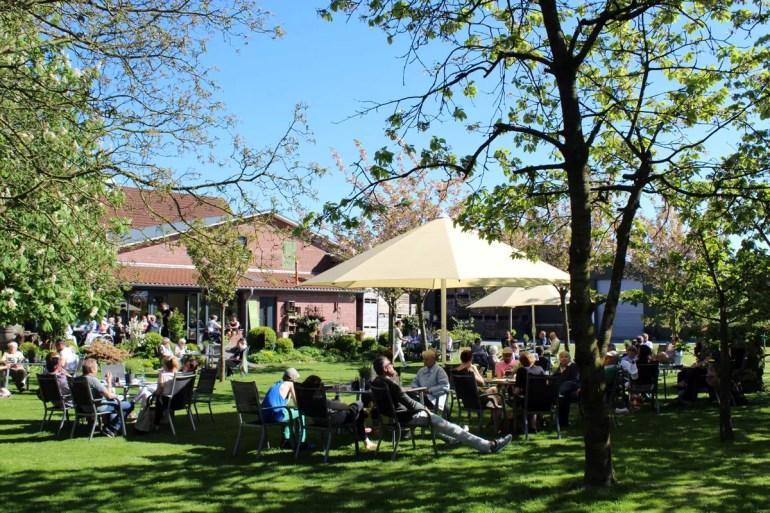 Total entspannt: Unter Kirschbäumen sitzen im Hofcafé vom Obsthof Feindt