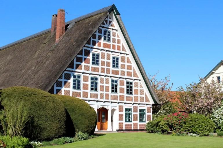 Die typische Fachwerkarchitektur zieht sich durch die Orte im Alten Land