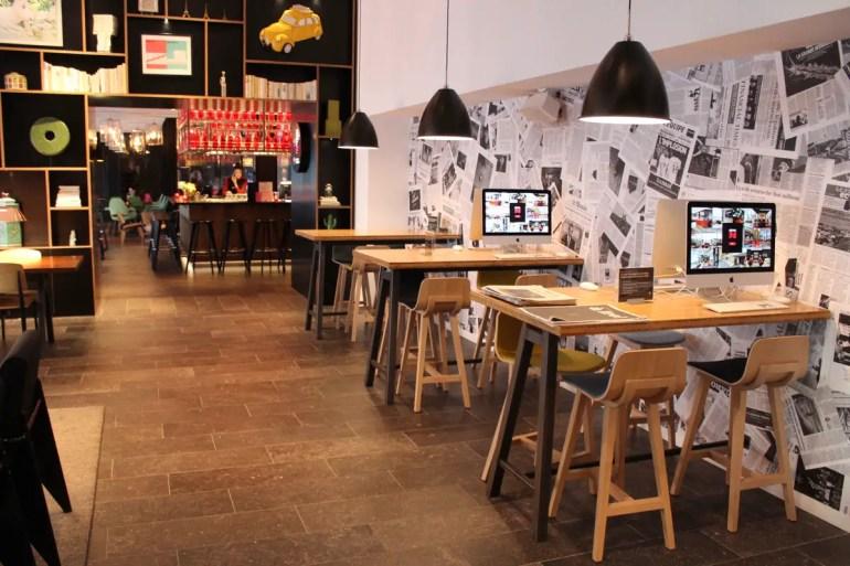 Selbst die Arbeitsplätze sind hier stylisch - und an den iMacs kannst du tatsächlich arbeiten