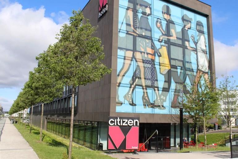 Fällt direkt ins Auge: die coole Fassade vom citizenM Hotel Paris Charles de Gaulle