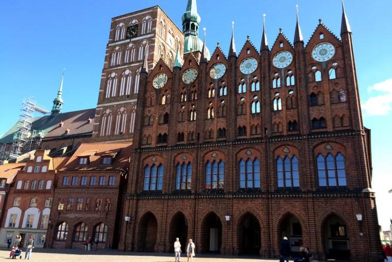 Sehenwertes Beispiel für die Architektur der Hanse: das Rathaus in Stralsund