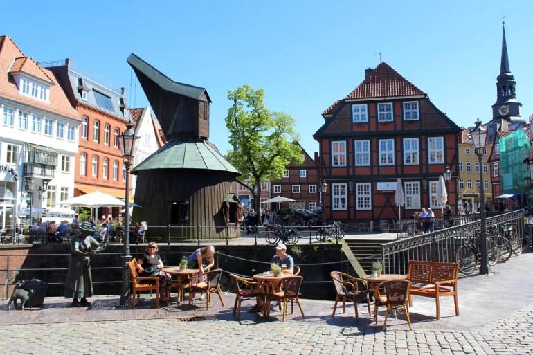 Der alte Kran erinnert am Hansehafen an vergangene Zeiten