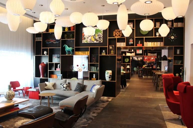 Coole Vitra-Möbel im Wohnzimmerbereich sind ein Markenzeichen der citizenM Hotels