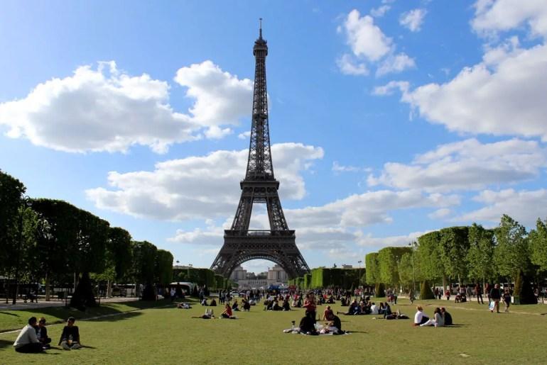 Der Eiffelturm ist das Wahrzeichen von Paris