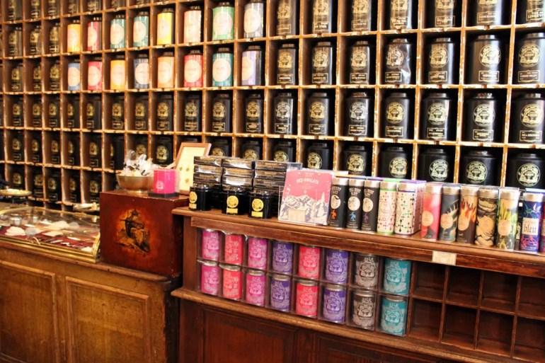Im Marais findest du weiter alte Traditionsgeschäfte wie hier den Teeladen von Mariages Frères