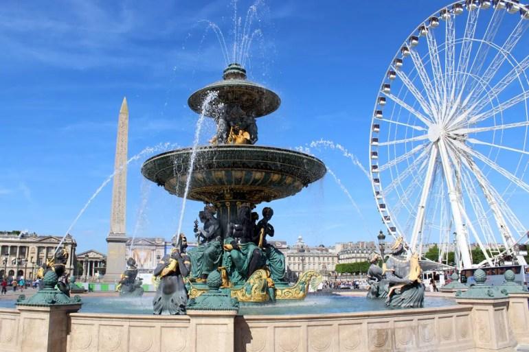 Der Place de la Concorde mit seinen berühmten Springbrunnen, dem Obelisken und dem Riesenrad