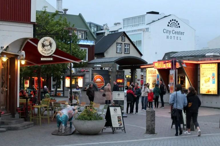 Reykjavík ist für sein Nachtleben bekannt, wobei es im Sommer in Islands Hauptstadt kaum dunkel wird