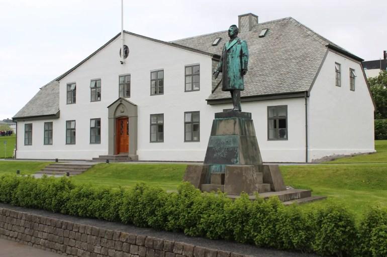 Im historischen Regierungsgebäude Stjornarradid befindet sich heute der Sitz des Premierministers