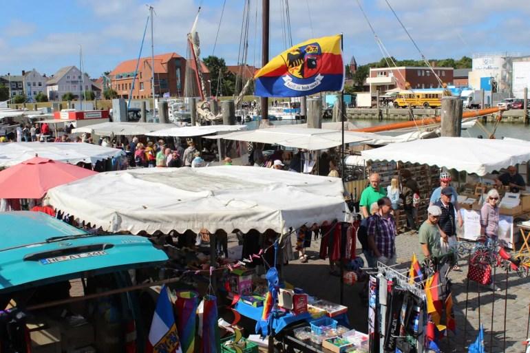 Sonntags ist der Fischmarkt am Wyker Hafen beliebt