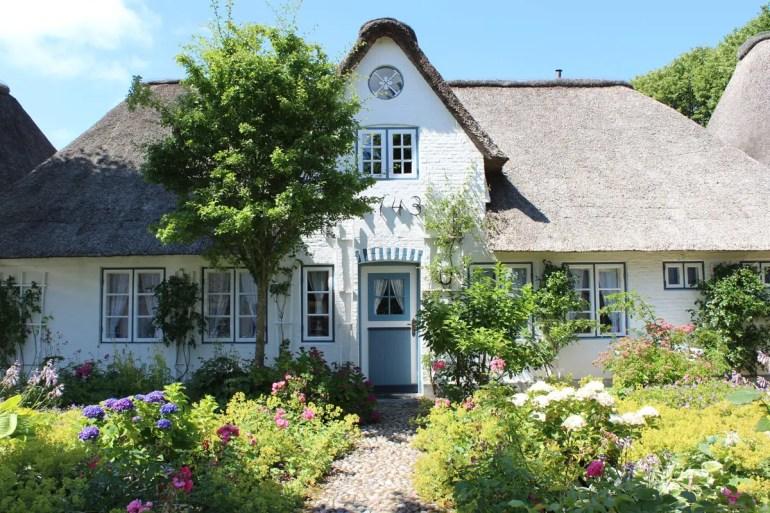 Nieblum gilt wegen seiner pittoresken Friesenhäuser als schönstes Dorf auf Föhr