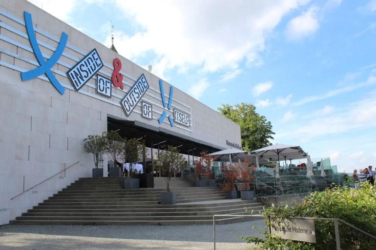 Das Museum der Moderne bietet nicht nur spannende Kunst, sondern auch eine Terrasse mit spektakulärem Blick über Salzburg