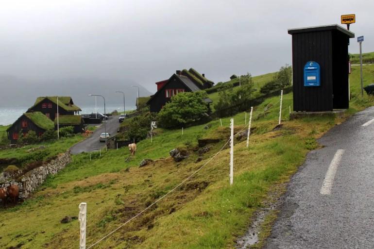 Selbst der kleinste Ort hat auf den Färöern eine Busvhaltestelle
