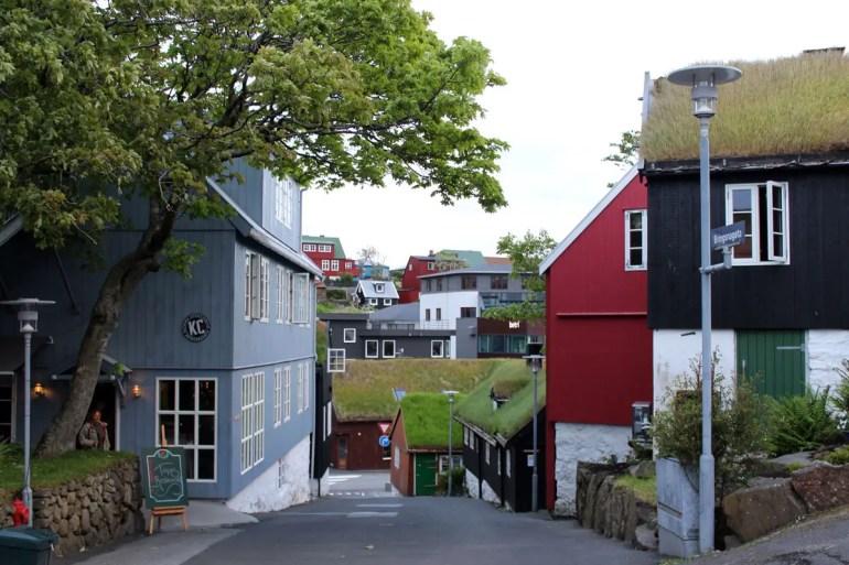 In der Inselhauptstadt Tórshavn trifft historische auf moderne Architektur