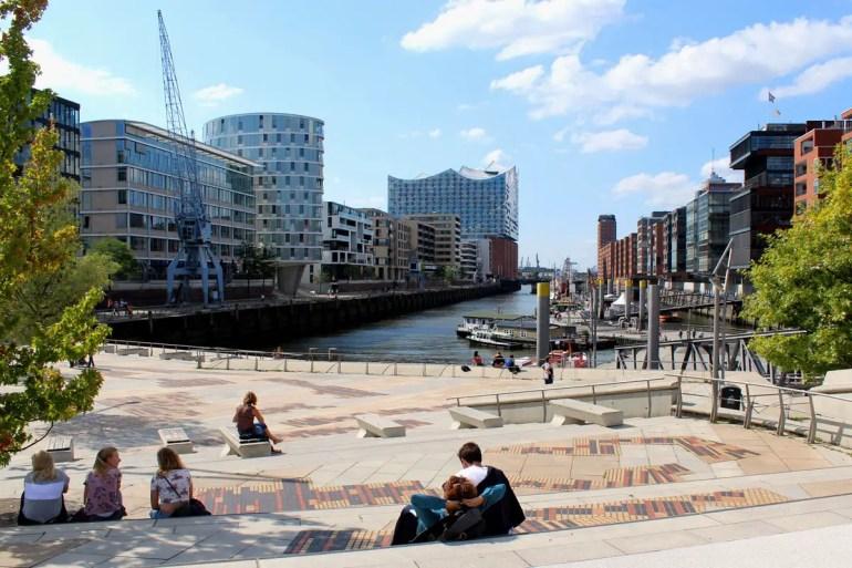 Im Sandtorhafen trifft Tradition auf Moderne: vorne die Museumsschiffe, hinten die Elbphilharmonie