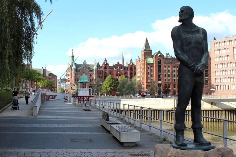 Ein Denkmal am Magdeburger Hafen erinnert an Hamburgs berühmtesten Seeräuber Klaus Störtebeker