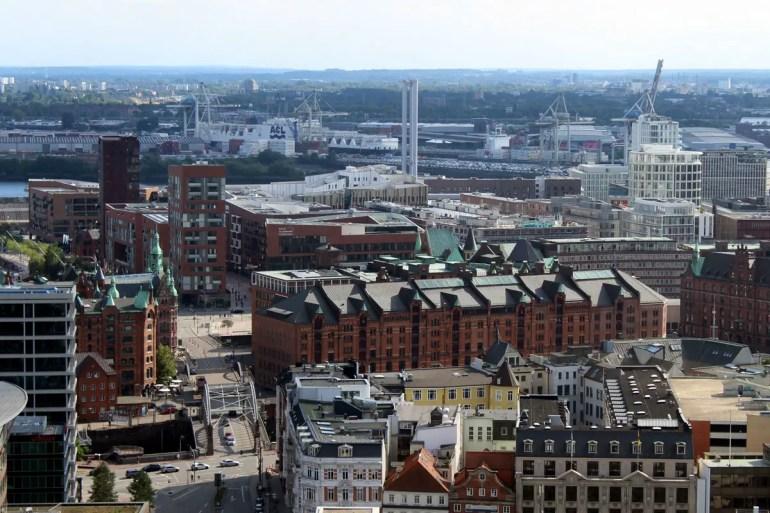 Von hoch oben - wie hier vom Kirchturm von St. Petri - bekommst du nochmal einen guten Überblick über Speicherstadt und HafenCity