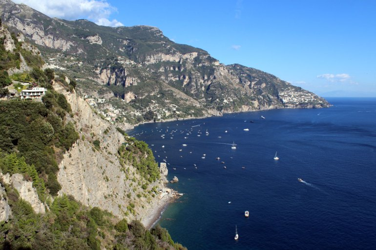Ein typischer Ausblick an der Amalfiküste: schroffe Felsen und azurblaues Meer