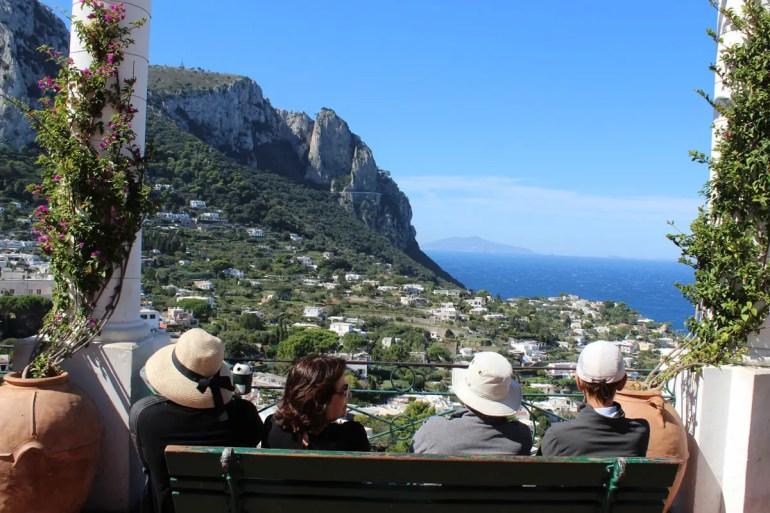 Einfach nur den Ausblick genießen: japanische Touristen in Capri