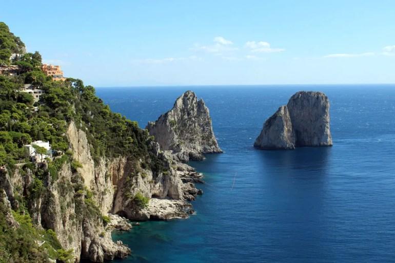 Eines der Wahrzeichen von Capri: die Faraglioni Felsen