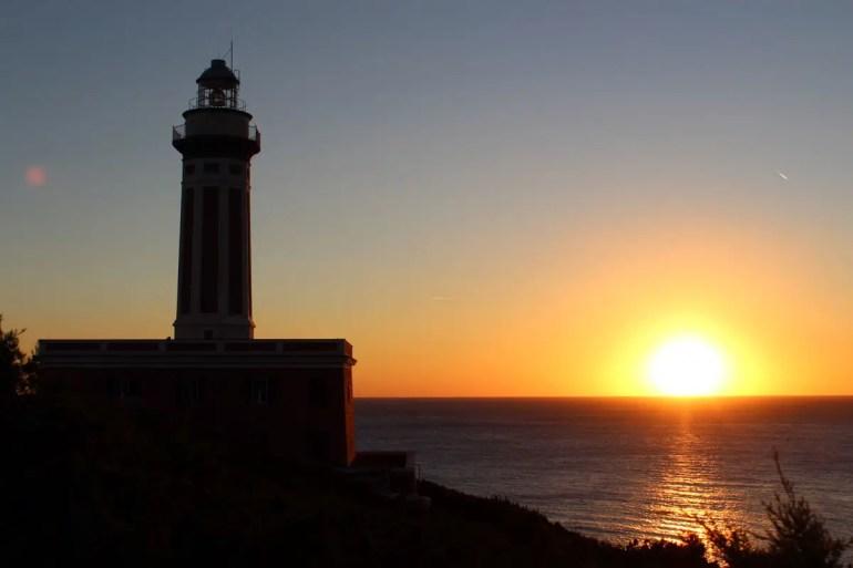 """""""Wenn bei Capri die rote Sonne im Meer versinkt..."""" - am besten zu sehen am Leuchtturm von Punta Carena"""