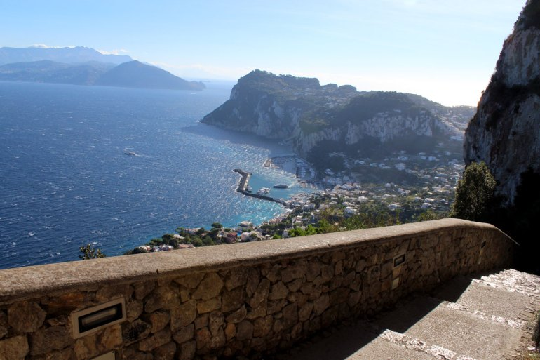 Wanderweg mit Ausblick: die Scala Fenincia führt von Anacapri nach Marina Grande
